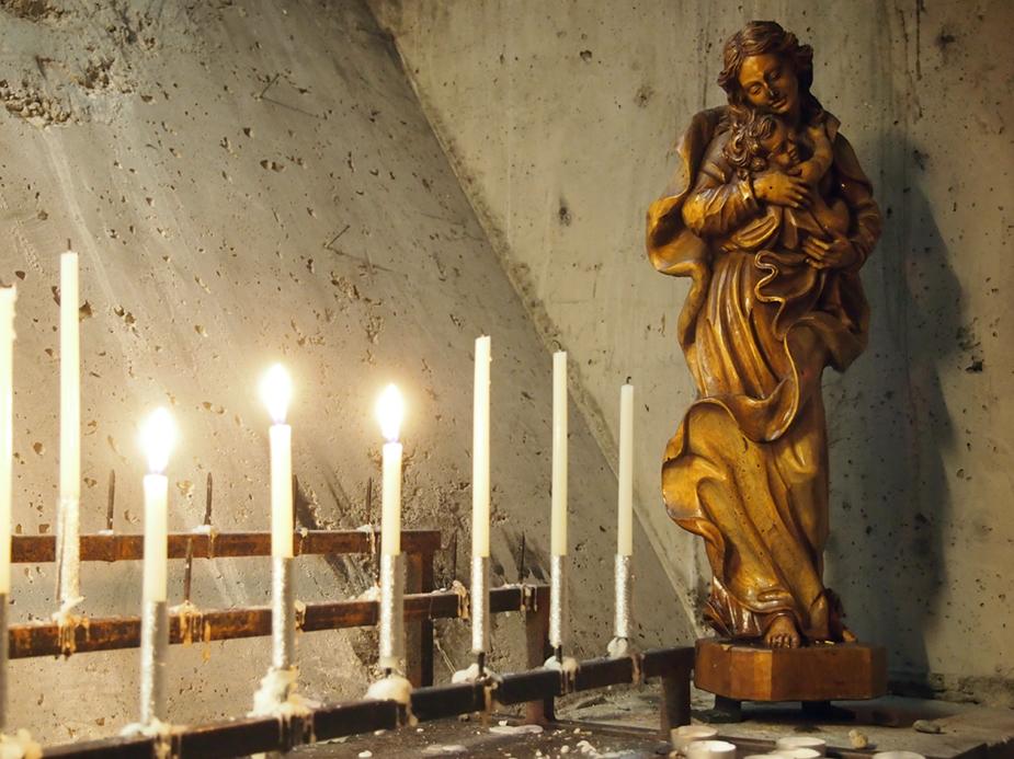 Valokuva Pyhän Hengen kappelissa olevasta veistoksesta