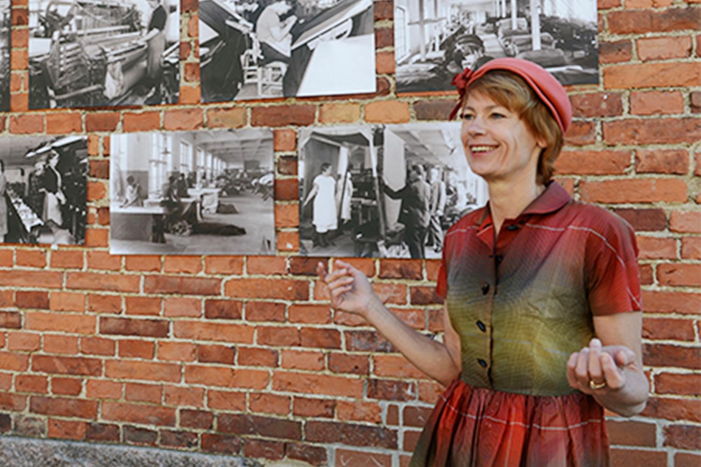 Valokuva Eeva Turpeisesta esittelemässä valokuvanäyttelyä verkatehtaalla